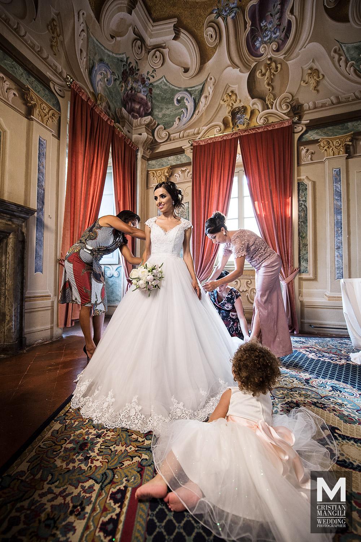 wedding-photographer-italian-luxury-villa-beautiful-girl-dressing