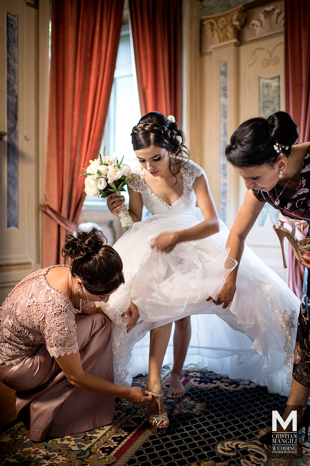 wedding-in-italy-italian-wedding-photographer-wife-dressing-shoes