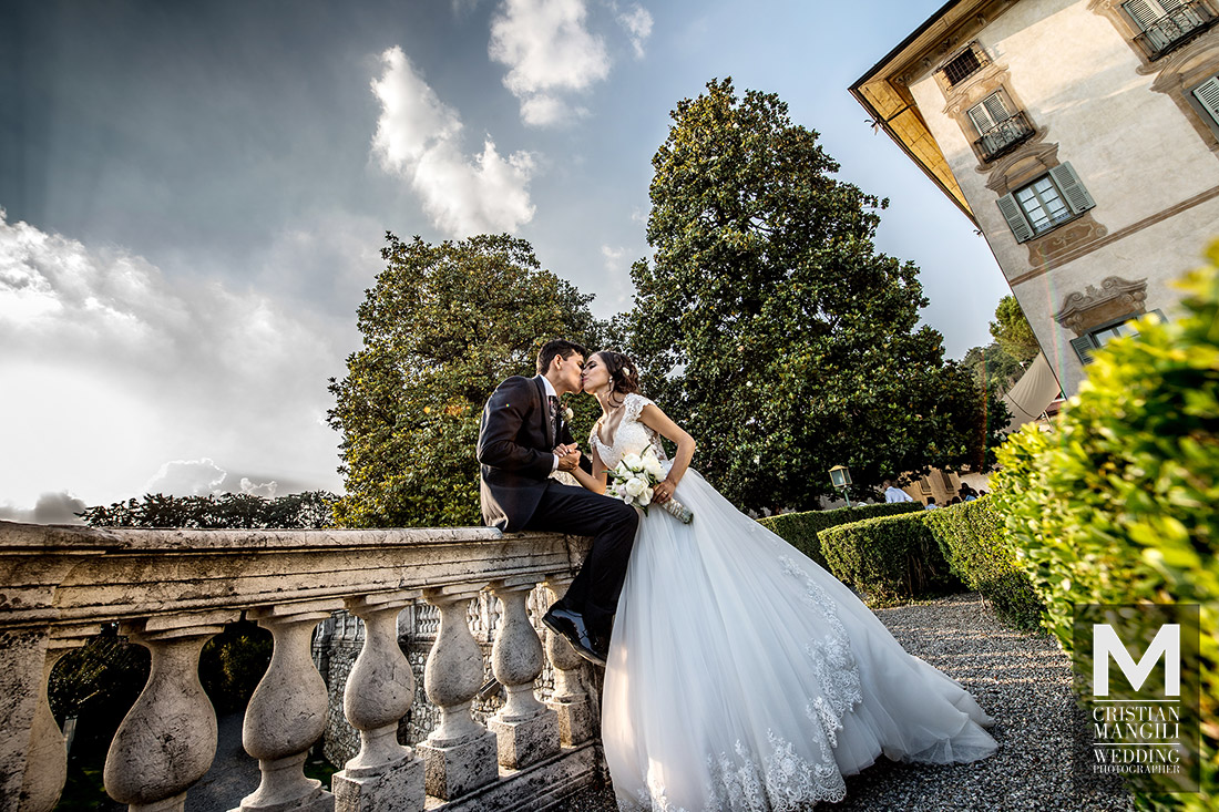 romantic-kiss-in-italy-professional-wedding-photographer
