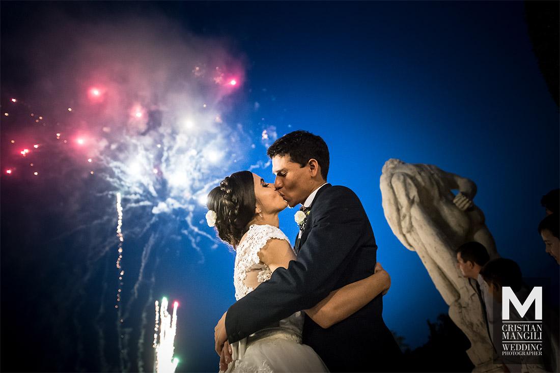 italian-wedding-photography-kissing-under-fireworks