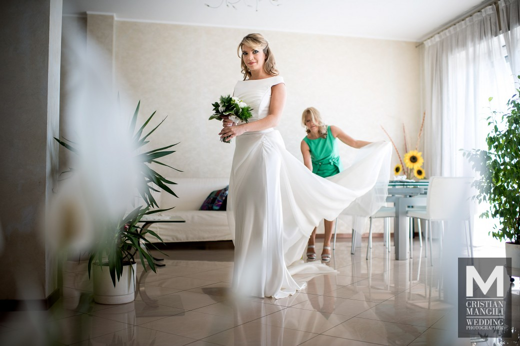 Beautiful-bride-dressing-wedding-in-italy-italian-wedding-photographer