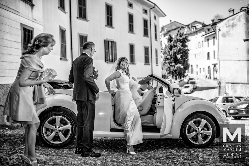 bride-arriving-by-car-italian-wedding
