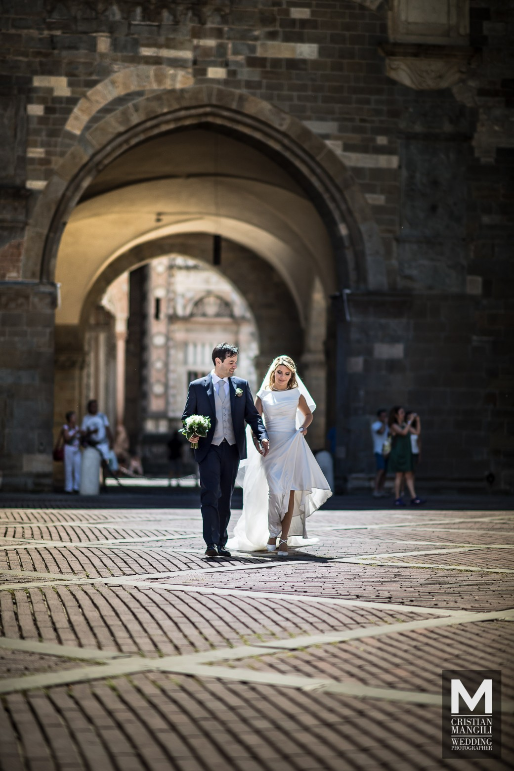 walking-in-italy-wedding-photo