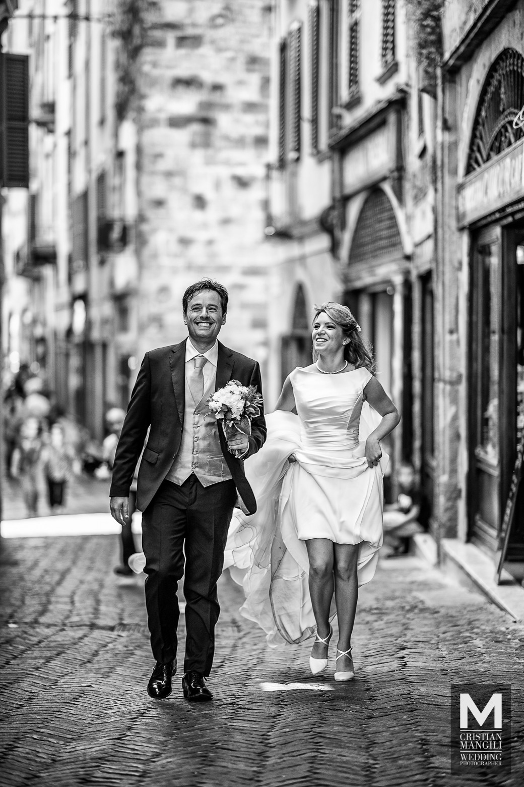 fashion-wedding-photographwer-italy-bride-and-groom-walking-in-bergamo