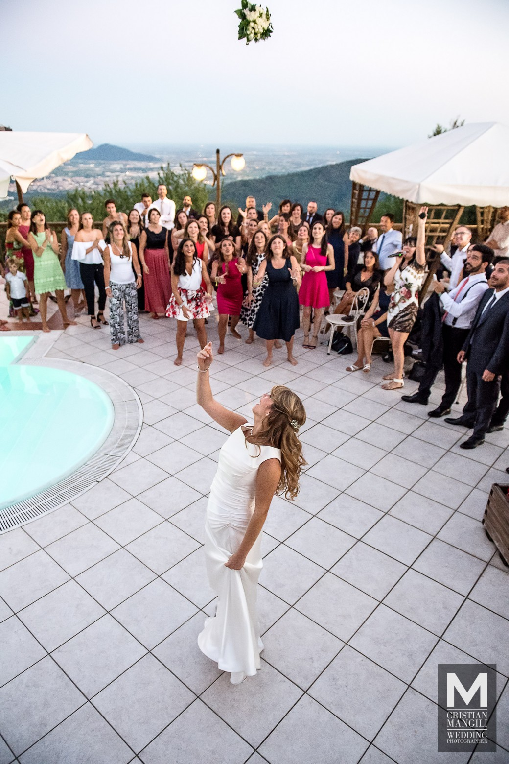 romantic-pool-wedding-in-italy