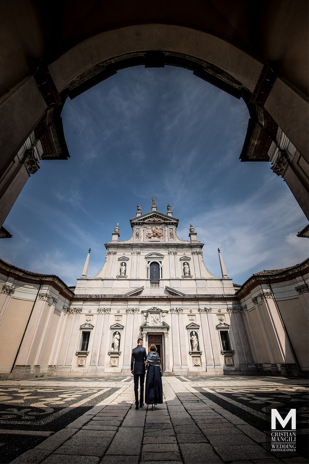 artistic-wedding-photo-church-italy