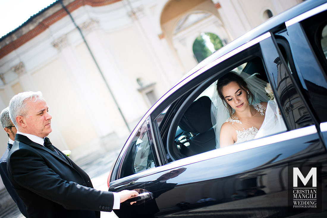 wedding-reportage-bride-into-car