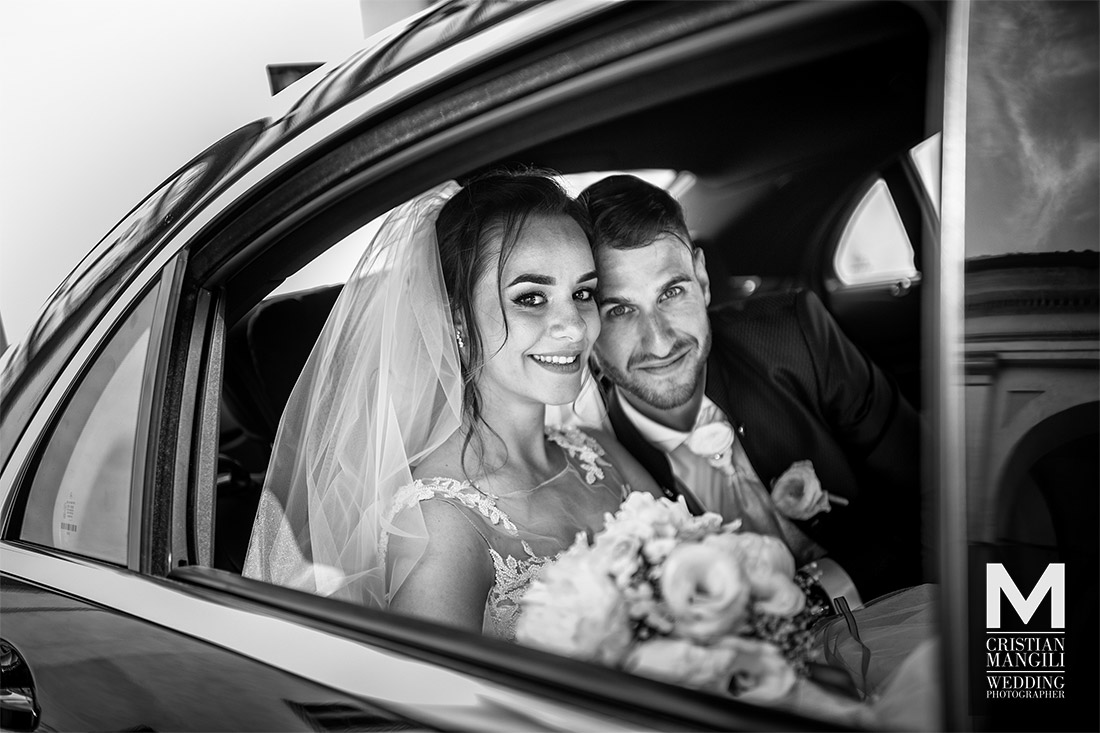 wedding-reportage-bride-and-groom-into-car