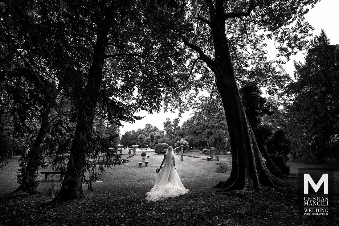 artistic-wedding-photography-italy-villa-mattioli-bride-alone-park