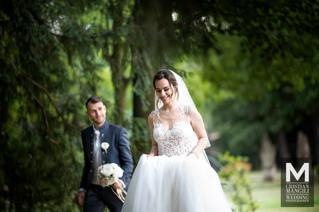 italian-wedding-photographer-bride-and-groom-walking-into-woods