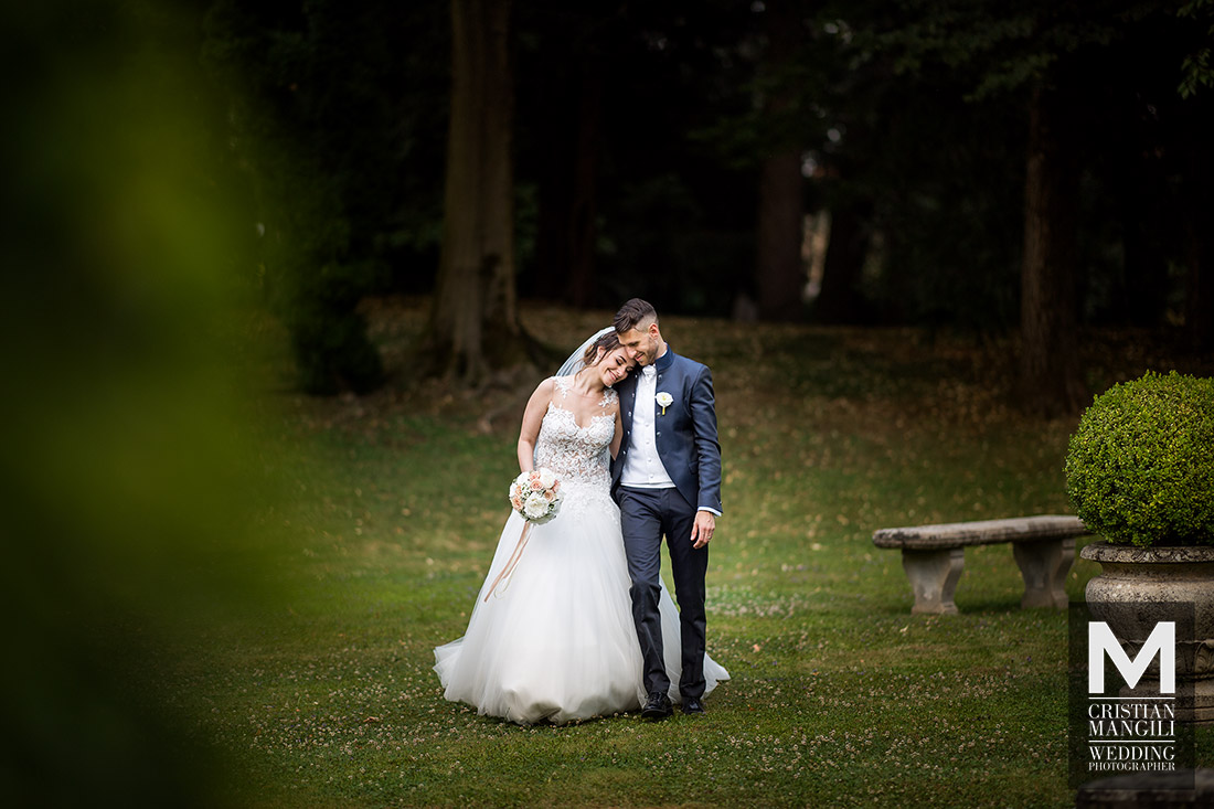 italian-wedding-photographer-bride-and-groom-walking-italian-park