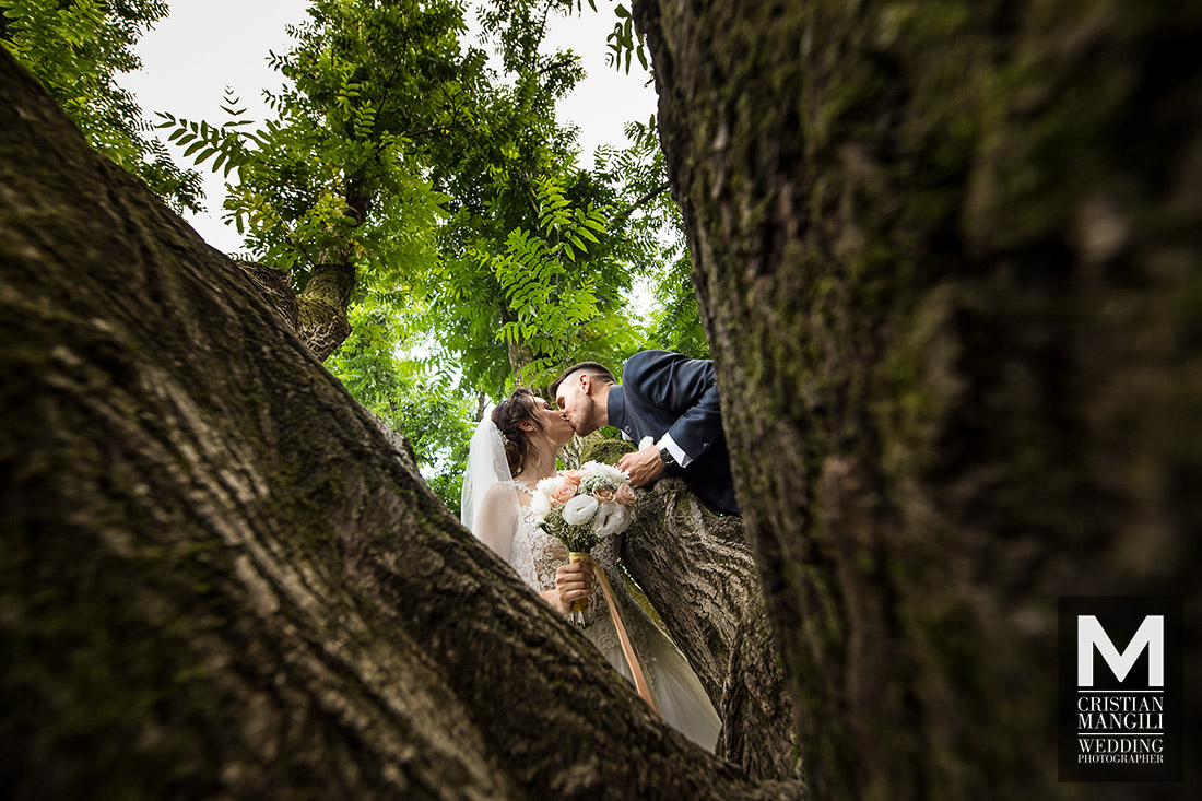 italian-wedding-photographer-bride-and-groom-kissing-under-tree