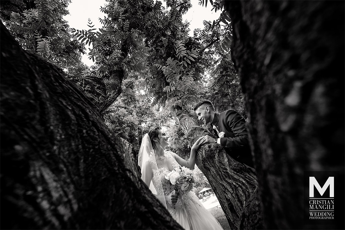 artistic-wedding-photography-italy-bride-and-groom-under-tree