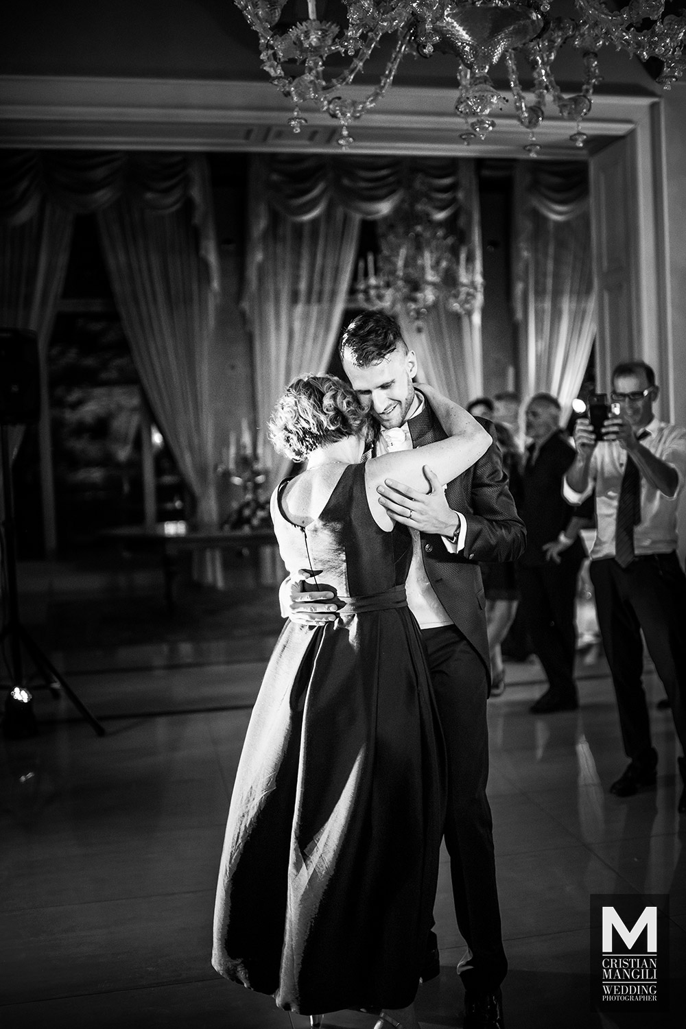 italian-wedding-photography-groom-mother-dancing-villa-mattioli