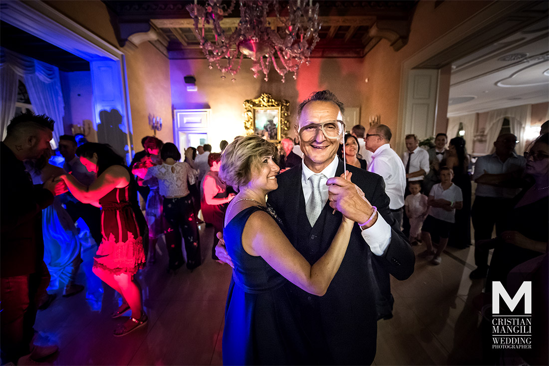 italian-wedding-photography-parents-dancing-villa-mattioli