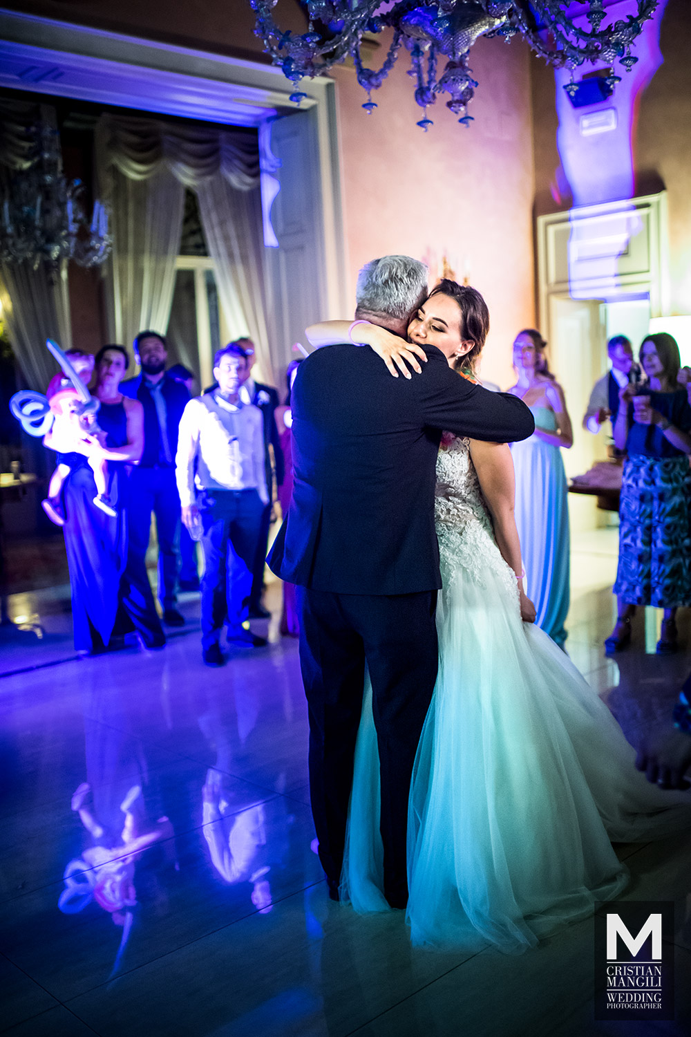 italian-wedding-photography-bride-father-dancing-villa-mattioli