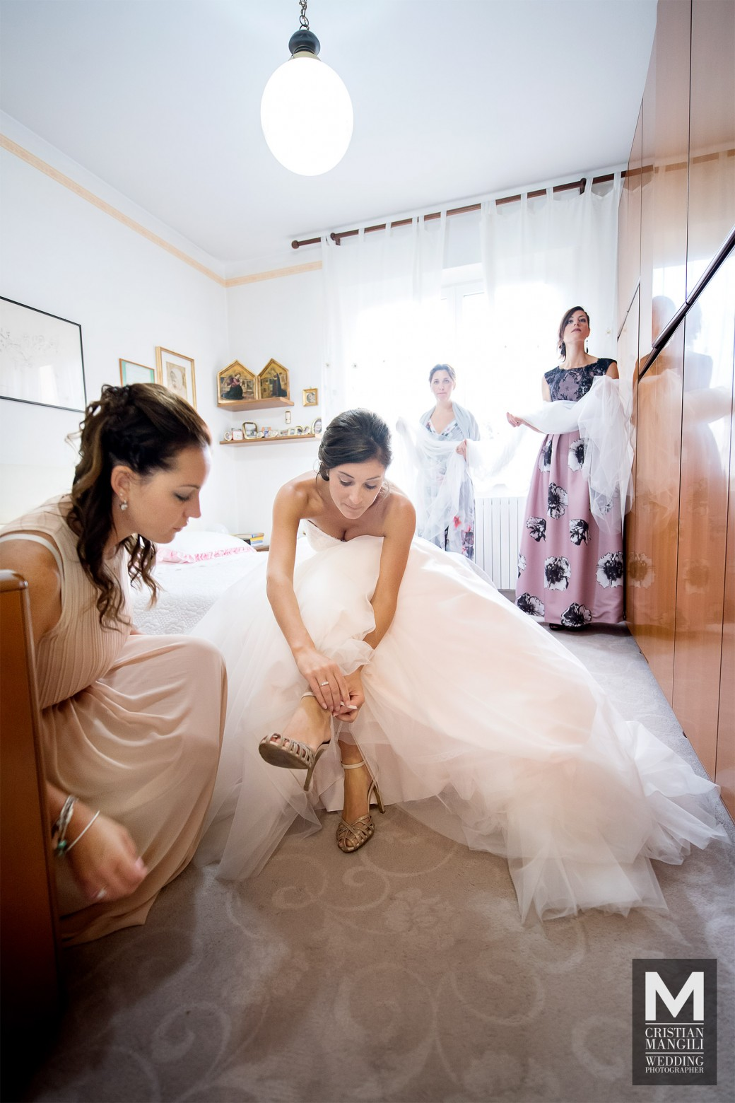 Bride-wearing-shoes-italian-wedding