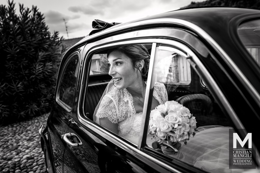 vintage-photo-bride-arriving-in-car-wedding-photo-in-italy