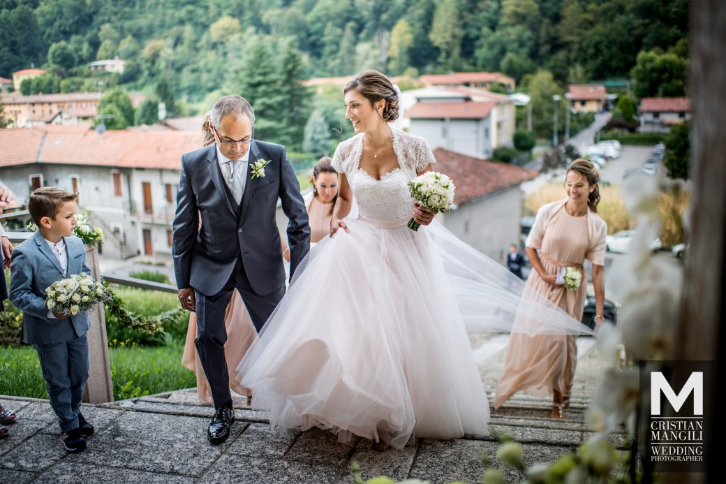 bride-arriving-at-wedding-italian-wedding-photography-2