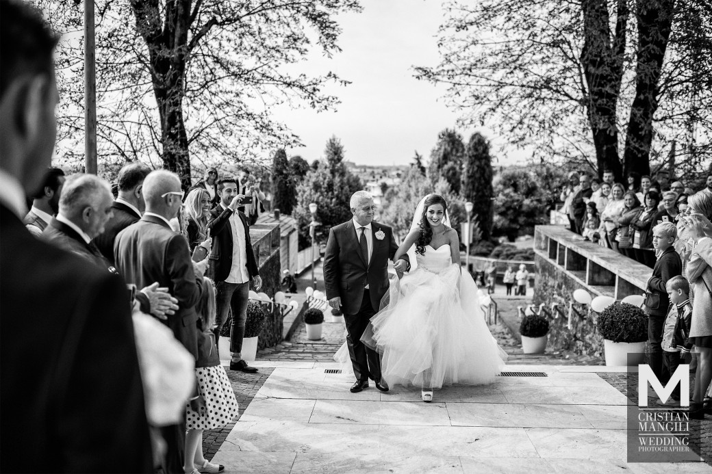 bride-arrival-italian-wedding-reportage