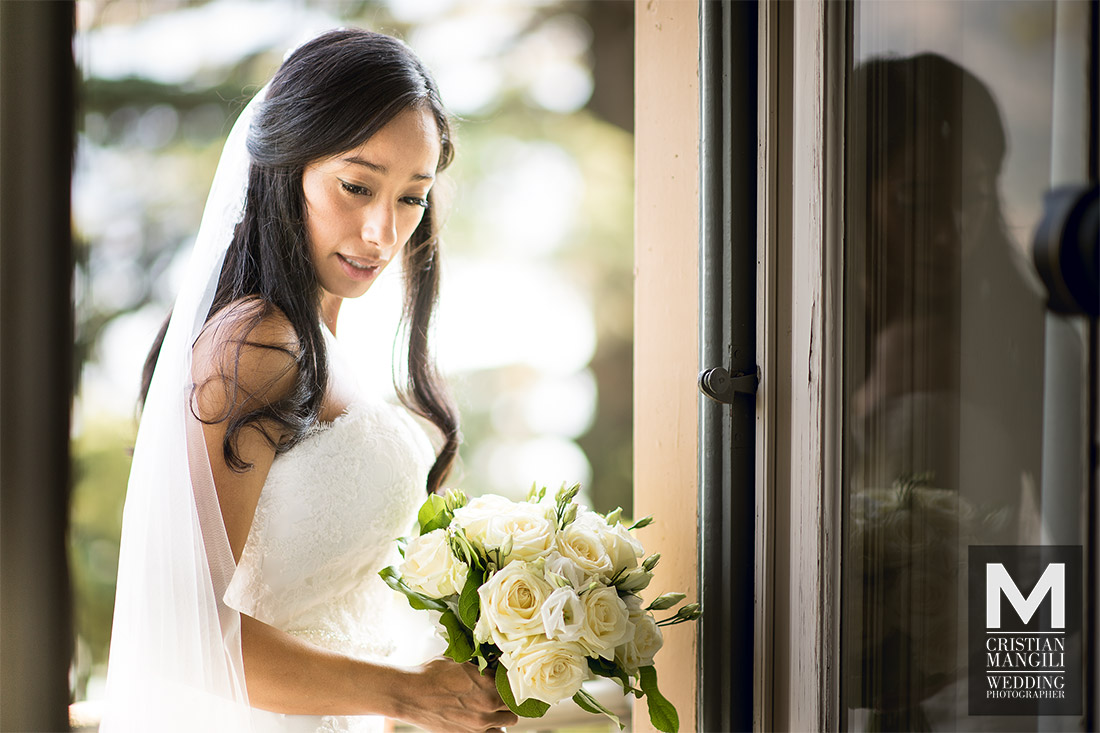 wedding-photographer-italy-lake-como-beautiful-bride-window-hotel