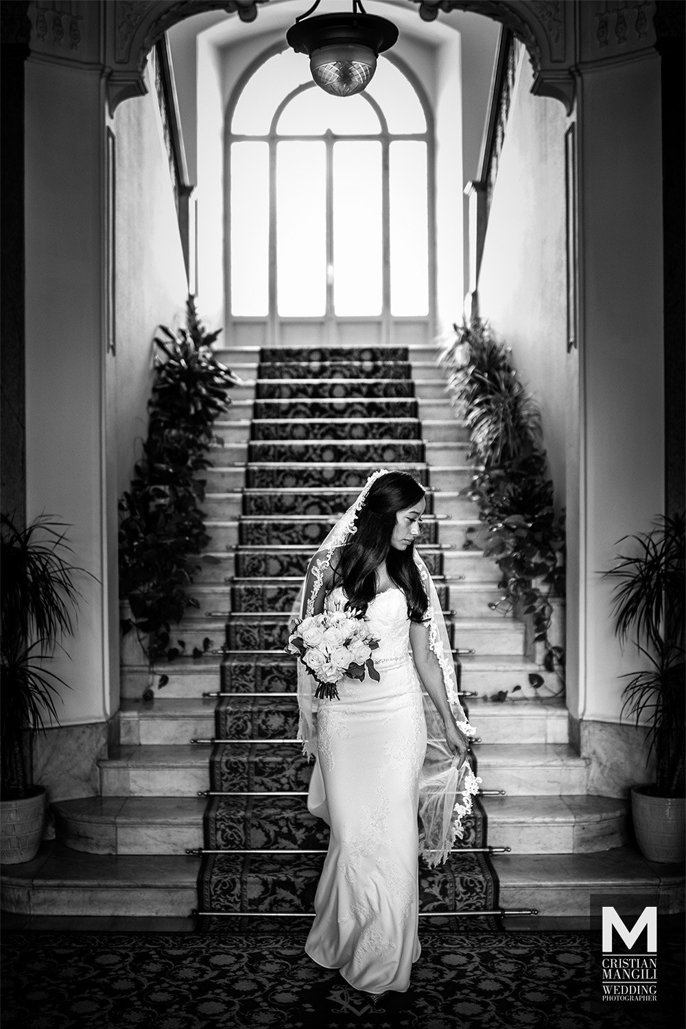 wedding-photographer-italy-lake-como-beautiful-bride-stairs-hotel