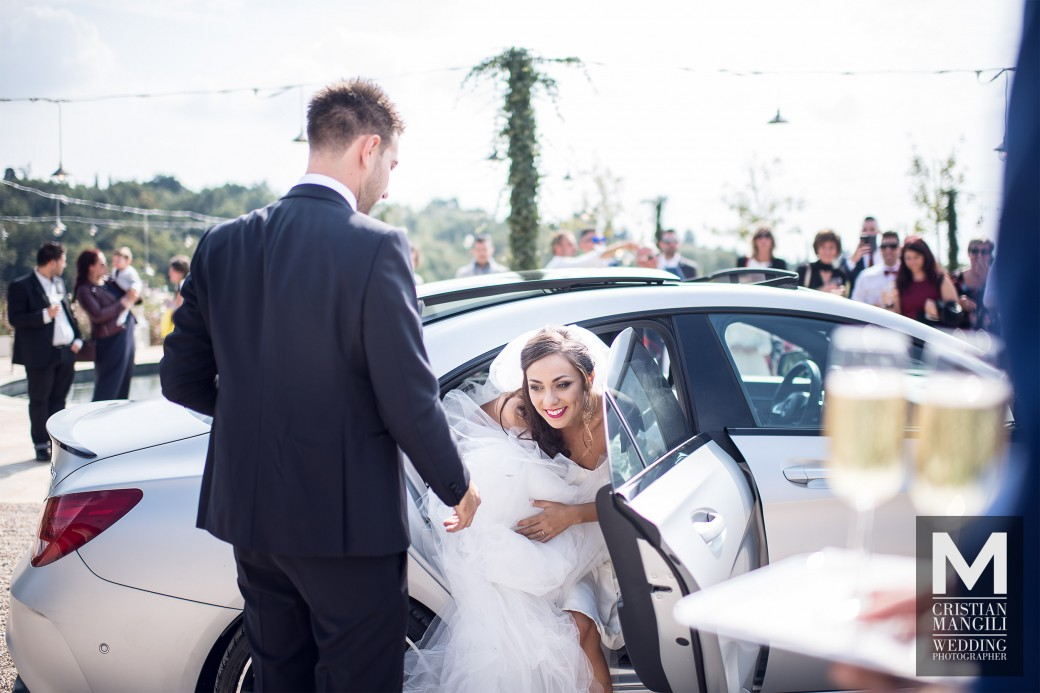 wedding-in-italy-newlyweds-car