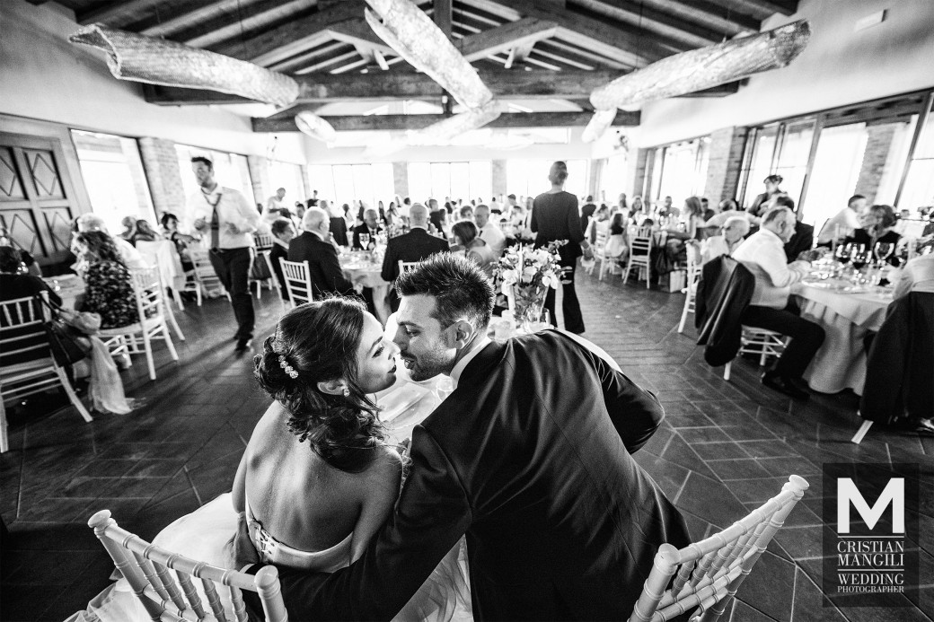 Newlyweds-italian-restaurant-in-countryside