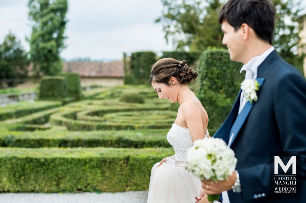 romantic-wedding-in-italy-luxury-villa-italian-wedding-photo-bride-into-maze