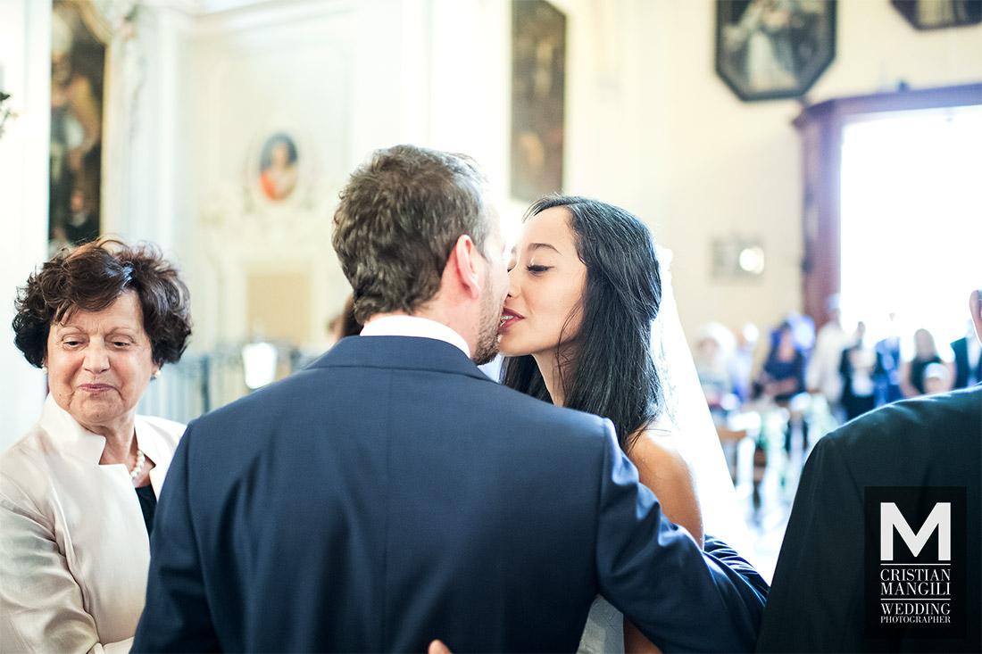 wedding-photographer-lake-como-italy-kissing-in-church