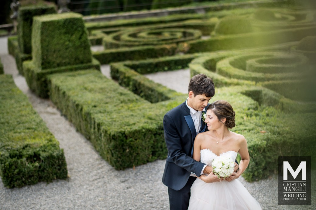 wedding-in-italy-luxury-villa-italian-wedding-photo-hug-into-maze