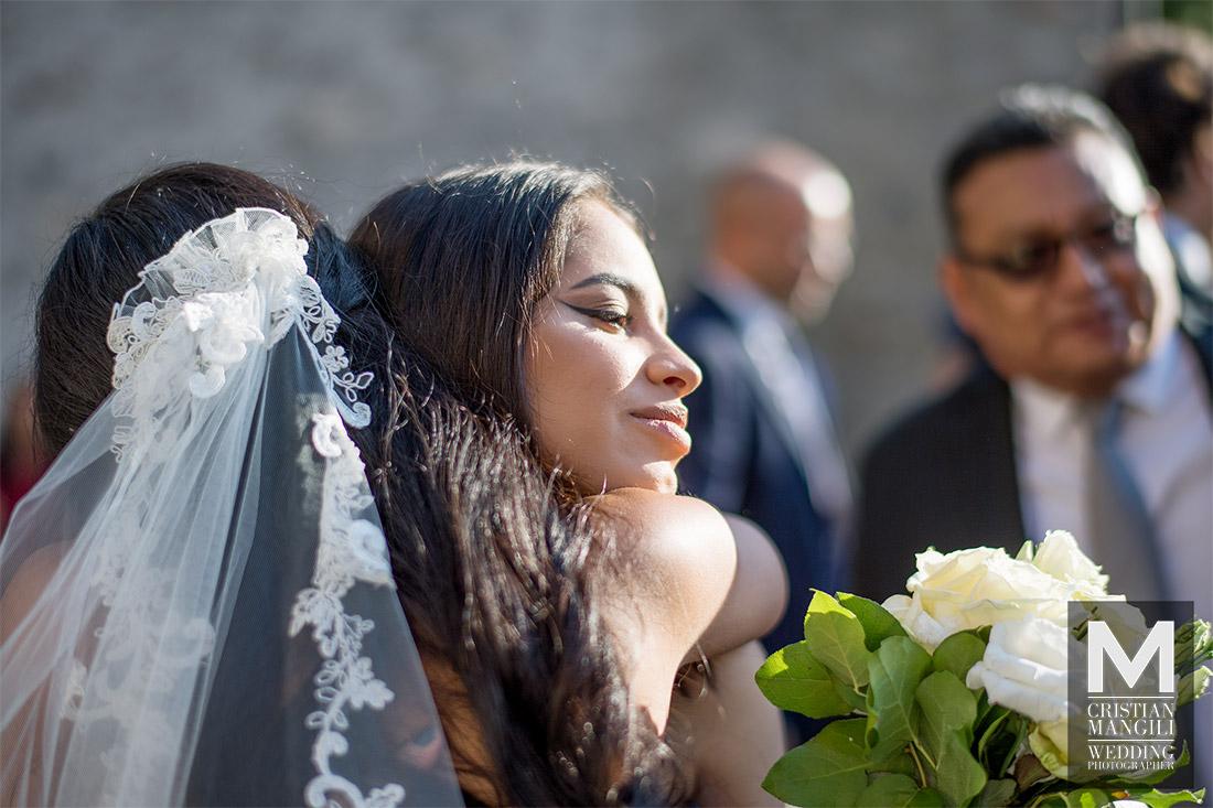 wedding-photographer-lake-como-italy-bride-hugging-sister