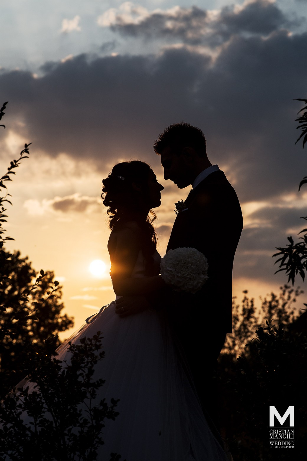 wedding-countryside-location-in-italy-sunset-portrait-silhouette