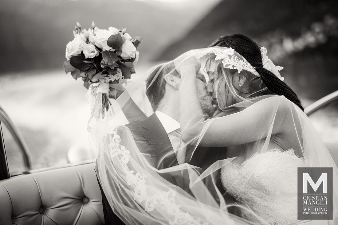 artistic-wedding-photography-lake-como-italy-romantic-kiss-on-boat