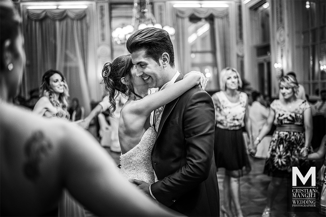 newlyweds-dancing-in-villa-serbelloni-como-lake