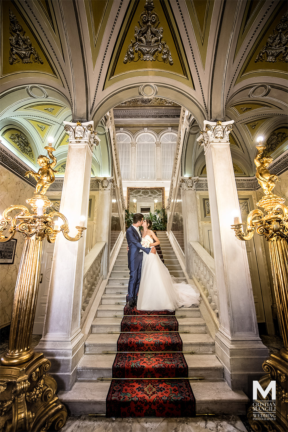 artistic-wedding-photo-bride-and-groom-kissing-in-villa-serbelloni-como-lake