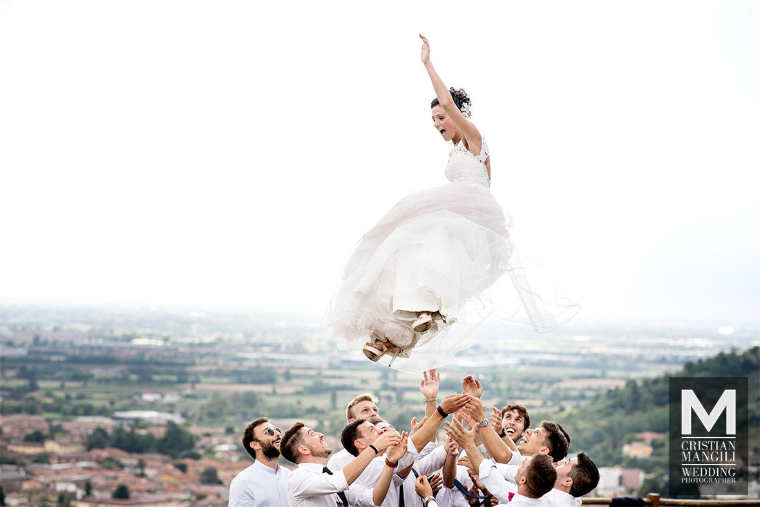 bride-flying-wedding-in-italy-professional-photographer