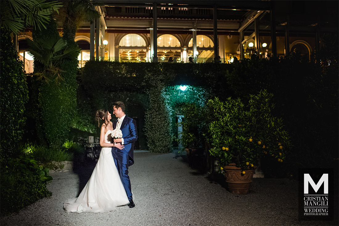 bride-and-groom-kissing-in-villa-serbelloni-como